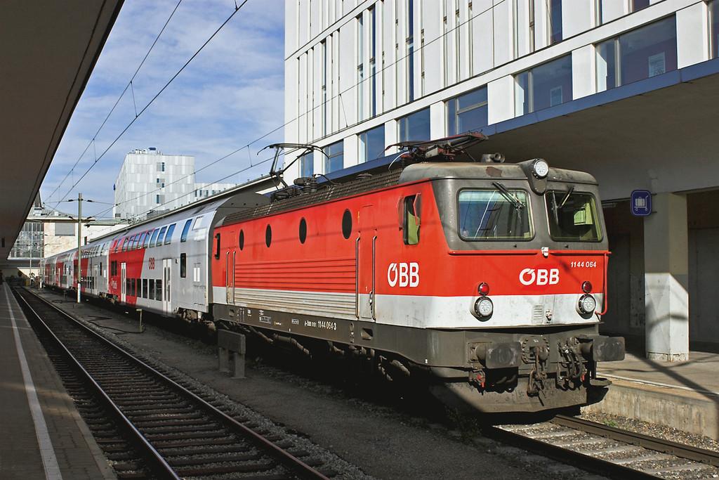 1144 064 Wien Westbahnhof 25/6/2012<br /> REX1634 1818 Wien Westbahnhof-St Valentin