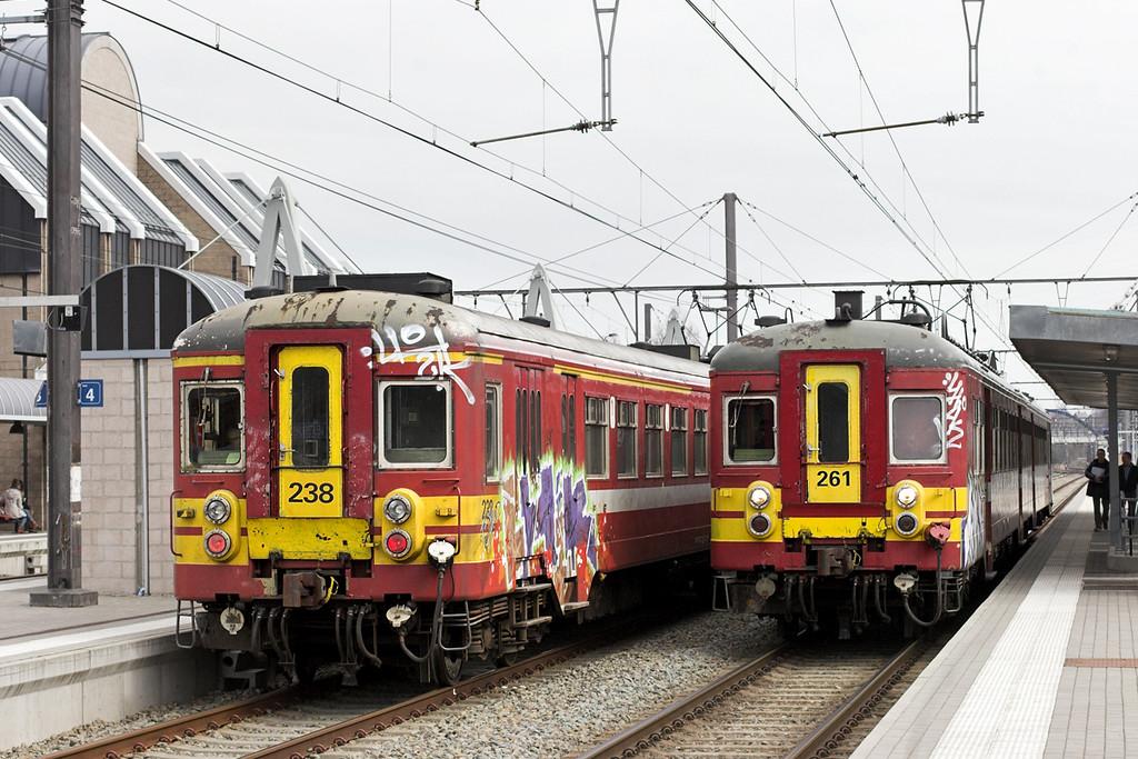 238 and 261, Welkenraedt 7/3/2013<br /> 238: R5461 1145 Spa Géronstère-Welkenraedt<br /> 261: IR5033 1225 Aachen Hbf-Liège Guillemins