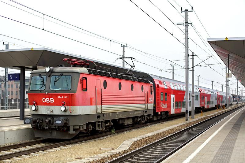 1144 011 St Pölten Hbf 14/10/2013<br /> REX1628 1604 Wien Westbahnhof-St Valentin