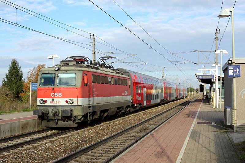 1142 614 Markersdorf a.d. Pielach 15/10/2013<br /> REX1626 1504 Wien Westbahnhof-St Valentin