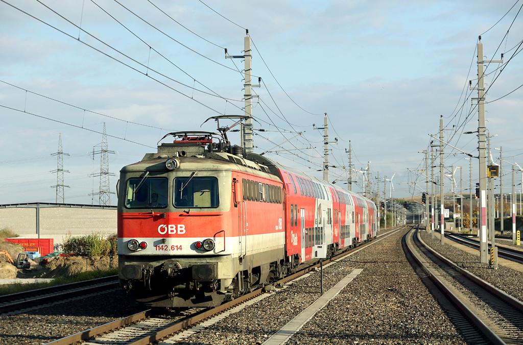 1142 614 Loosdorf 17/10/2013<br /> REX1626 1504 Wien Westbahnhof-St Valentin