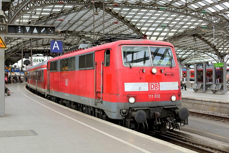 111010 Köln Hbf 11/8/2014<br /> RB30528 1617 Köln Hbf-Wesel