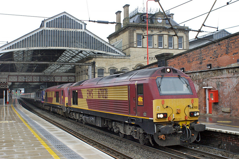 67021, 67007 and 90019, Preston 19/7/2014<br /> 1S26 2350 London Euston-Glasgow Central/Edinburgh