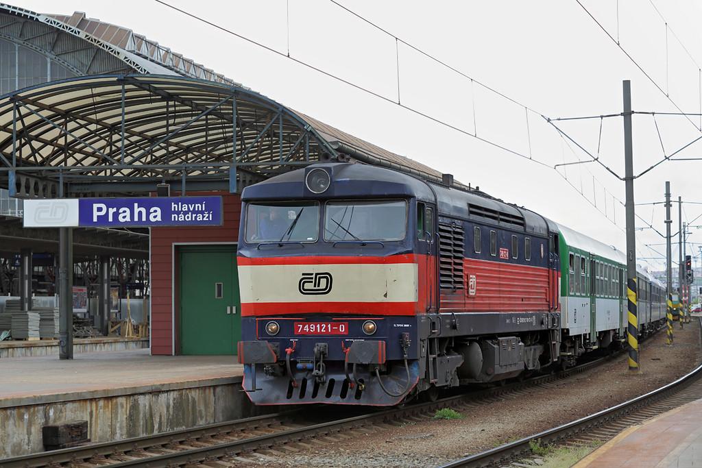749121 Praha hl.n 1/5/2015<br /> Os9061 1055 Praha hlavní nádraží-Čerčany