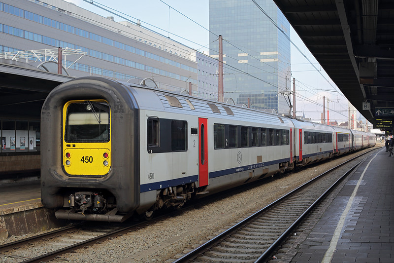 450 and 452, Bruxelles-Midi 22/10/2016<br /> IC2311 1146 Oostende-Bruxelles Airport Zaventem