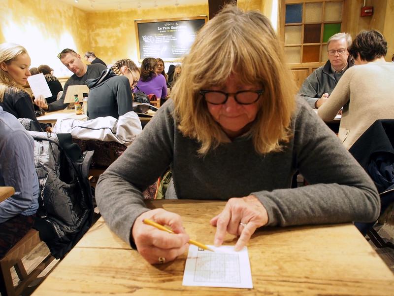 Sudoku beim Fruehstueck im Le Pain Quotidien