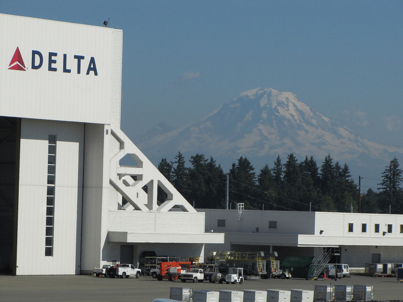 AIRPORT Seattle with  Mnt Baker 3286m