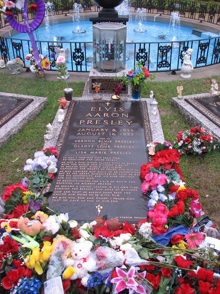 Grave of  Elvis (Memphis, TS)