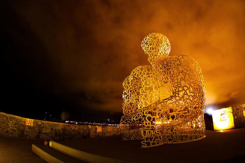 Telle un mirage, cette invitation à voyager dans l'espace ainsi qu'à l'intérieur même de la sculpture, symbolise l'alchimie d'un lieu et d'une œuvre.