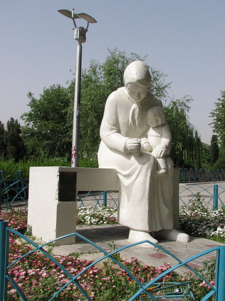 stature of a mother and child (Esfahans parks)
