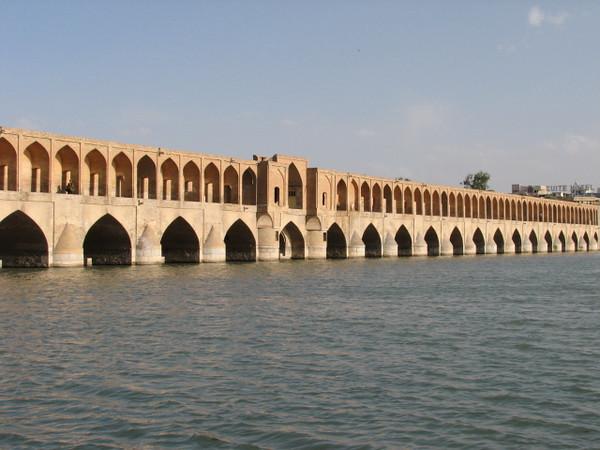 Si-o-Seh bridge (anno1600) over the Zayandeh river (Esfahan)