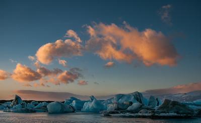 A tady už slavná Jokulsárlón při východu slunce. Nikdy bych neřekl, že může existovat tolik druhů ledu (na jednom místě).