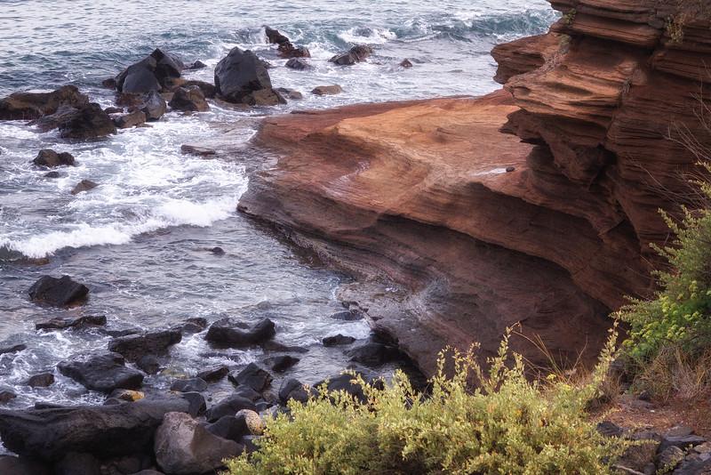 L'activité volcanique s'est étalée sur 250 000 ans. Les premières éruptions se seraient produites en milieu marin, un volcan de type surtseyen ayant formé la falaise de la plage de la Conque. (de forme concave)