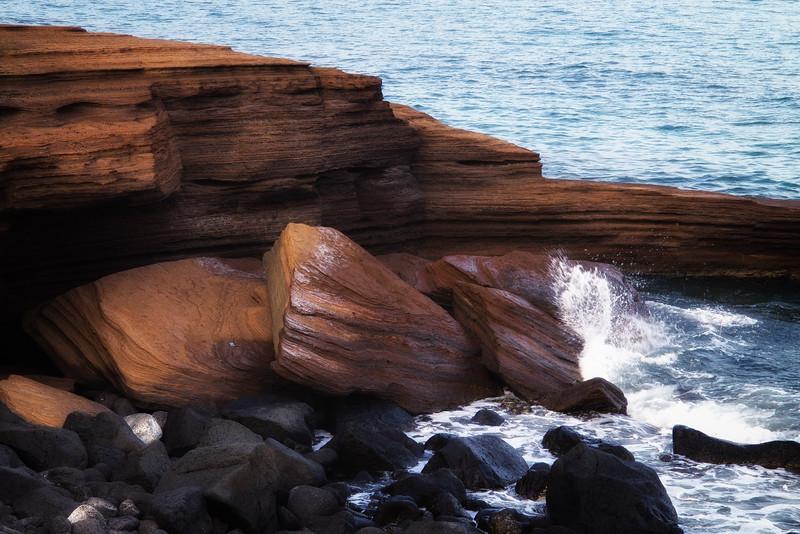 Les roches de basalte semblent se déverser dans la mer, ce sont des coulées de laves solidifiées.