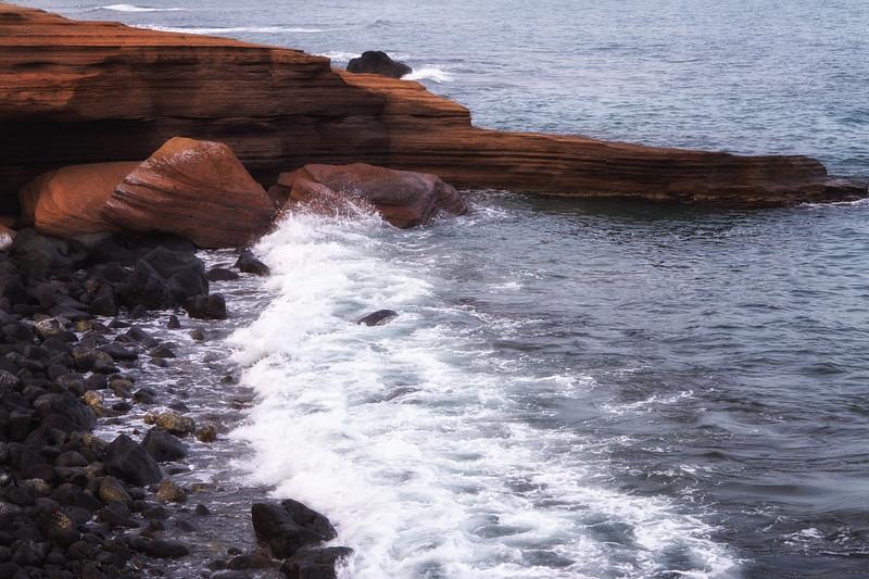 Ce sont les éruptions qui ont eu lieu durant tant d'années qui ont créé cette plage noire, remplie de débris basaltiques (roche volcanique issue du magma) érodés par la mer sur des millénaires.