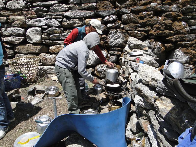 Romez and Radzou prepairing the lunch, Kothe 3700m-Tangnag 4300m
