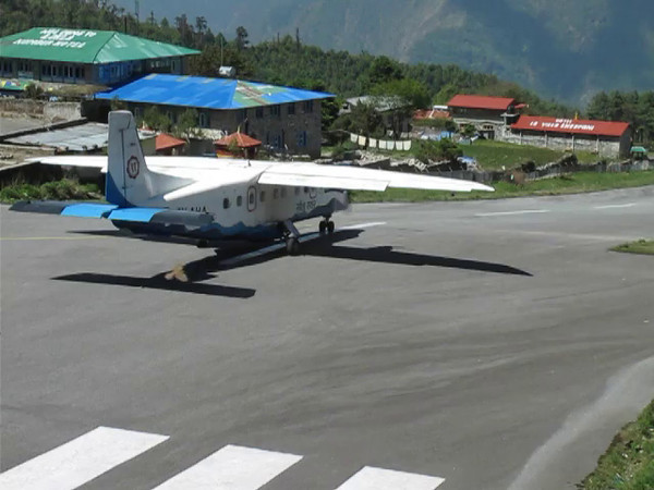 Film: Arrival Twin Otter at Lukla Airport