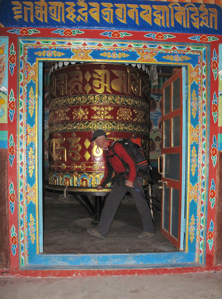 Large prayer wheel, Lukla 2800m-Monjo 2900m