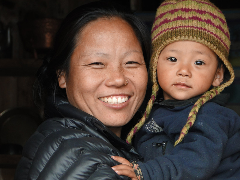 Mother and child, Lukla 2750m-Puyan 2750m
