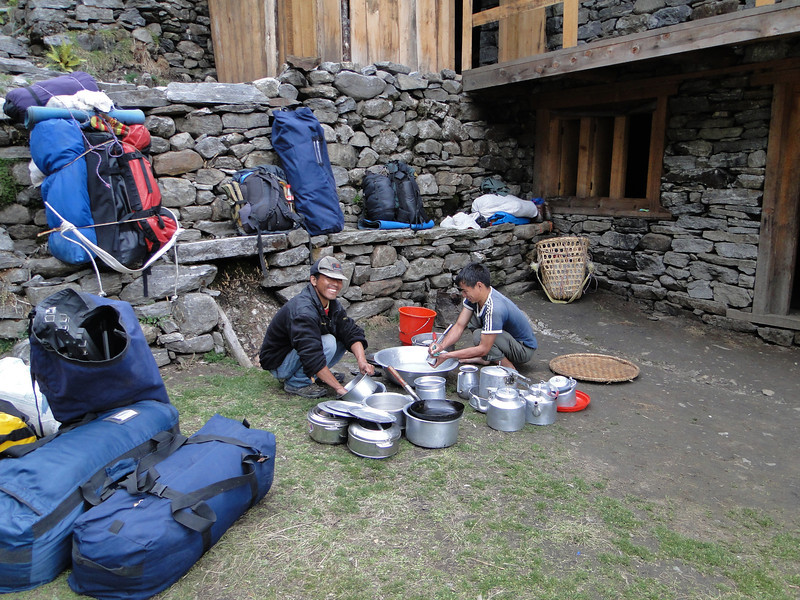 Tenzi and Radzou washing the dishes, Kothe 3700m