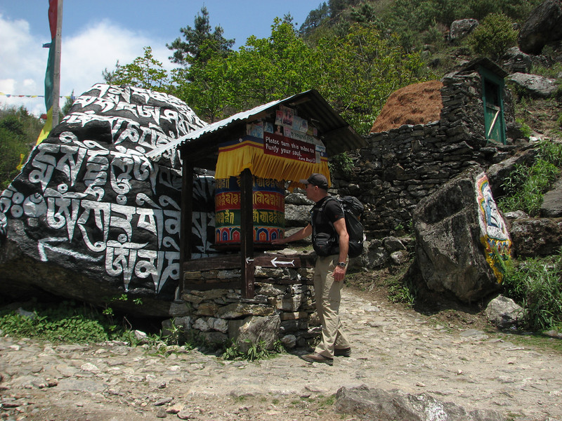Turning the prayer wheels, Lukla 2800m-Monjo 2900m