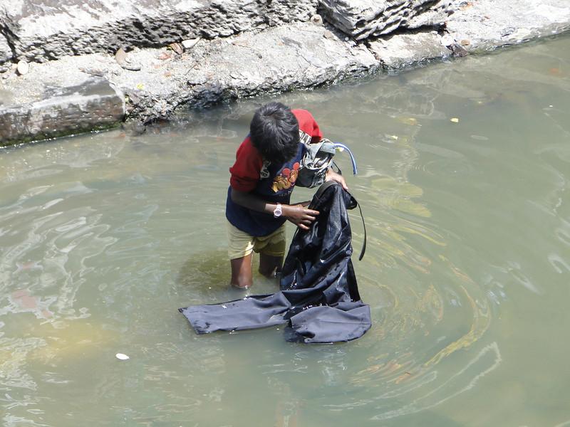 Searching for valuable stuf, Holy Bagmati river, Pashupatinath, Kathmandu