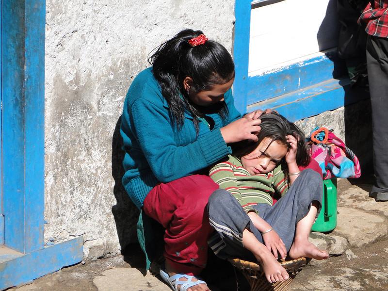 Mother fleaing here daughter, Lukla 2800m-Monjo 2900m
