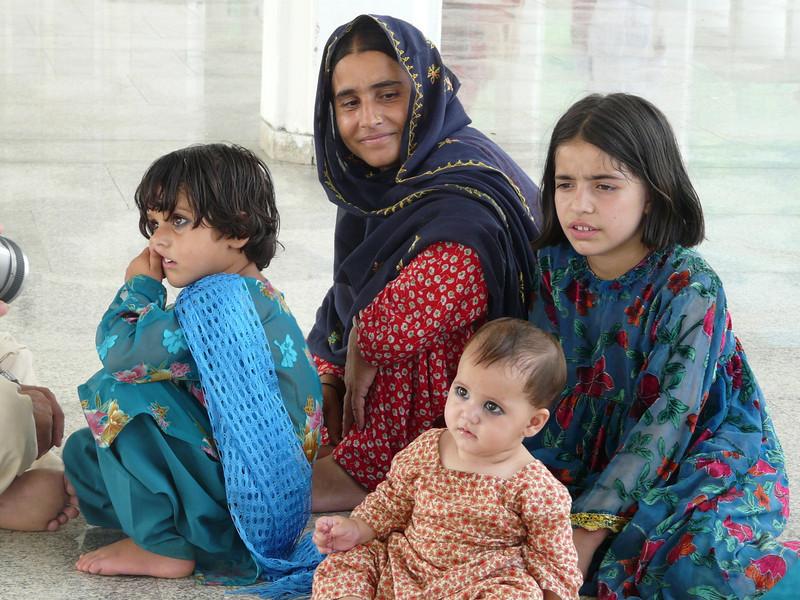 Pakistani family (Shah Faisal Mosque)