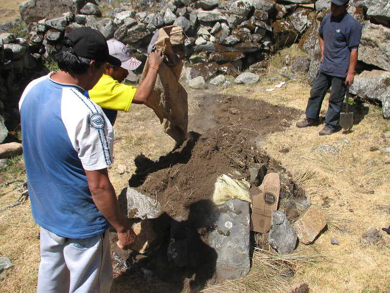 Pacchamanca, protect the heap with sand, phase 11 (Peru 2009, Cordillera Blanca)