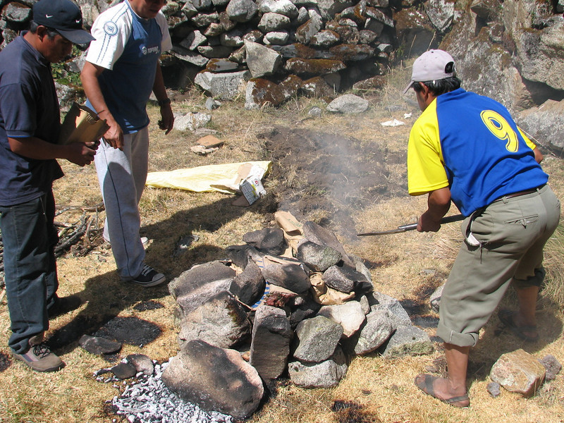 Pacchamanca, cover everything with the hot stones, phase 6 (Peru 2009, Cordillera Blanca)