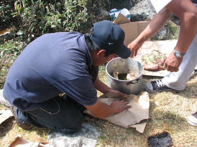Pacchamanca, cut a marinated sheep in pieces and cover it with paper, phase 4 (Peru 2009, Cordillera Blanca)