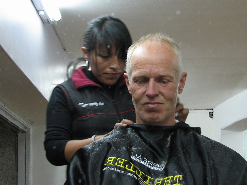 This hairdresser in Cusco is not expensive (cost 1.75 Euro) (Peru 2009, Cusco 3360m.)