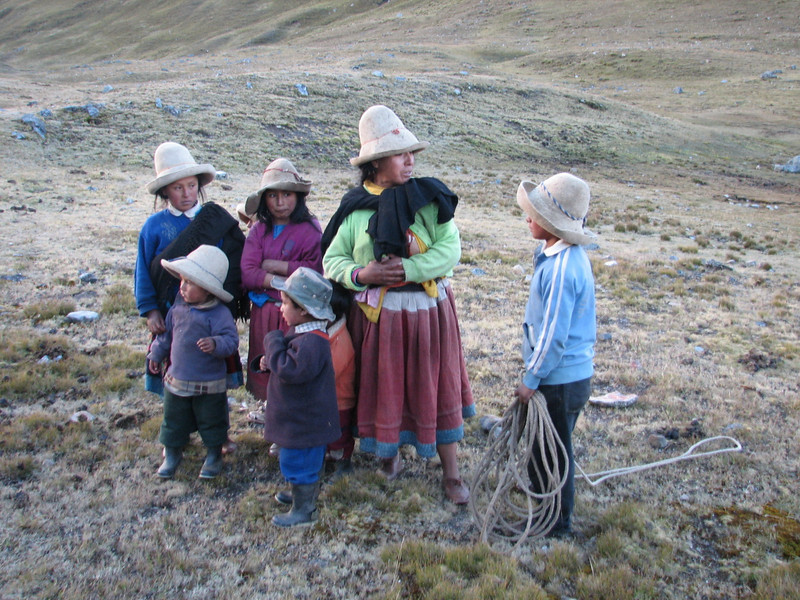 Mother with her children (Peru 2009, Cordillera Blanca)