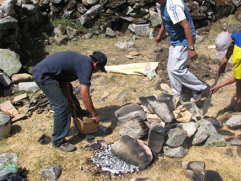 Pacchamanca, put the meat on the potatos, phase 5 (Peru 2009, Cordillera Blanca)