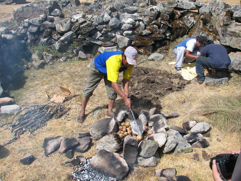 Pacchamanca, placing the potatos, phase 3 (Peru 2009, Cordillera Blanca)