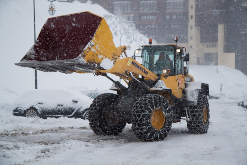 This enormous snowplow was racing up and down the streets a bit too fast ^^