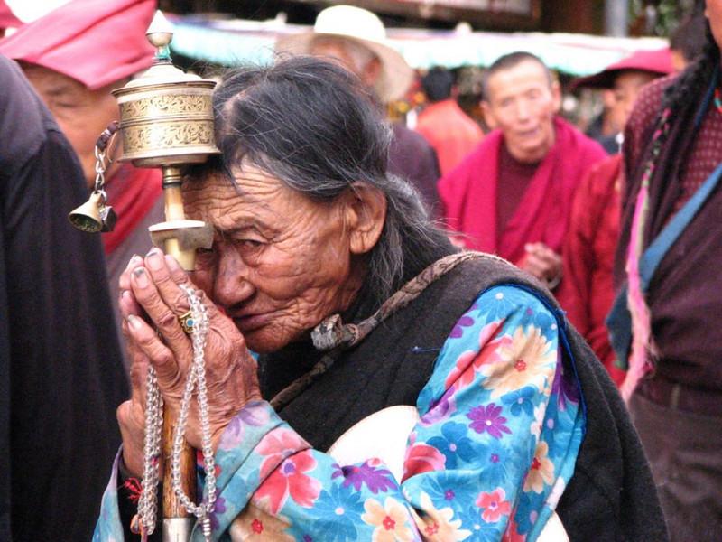 pelgrim with prayer wheel (Jokhang temple)