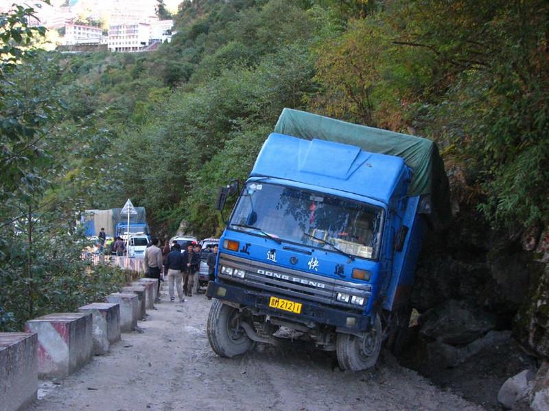 blocked road (26/27 okt.  grensplaats Tatopani  2645 m.)