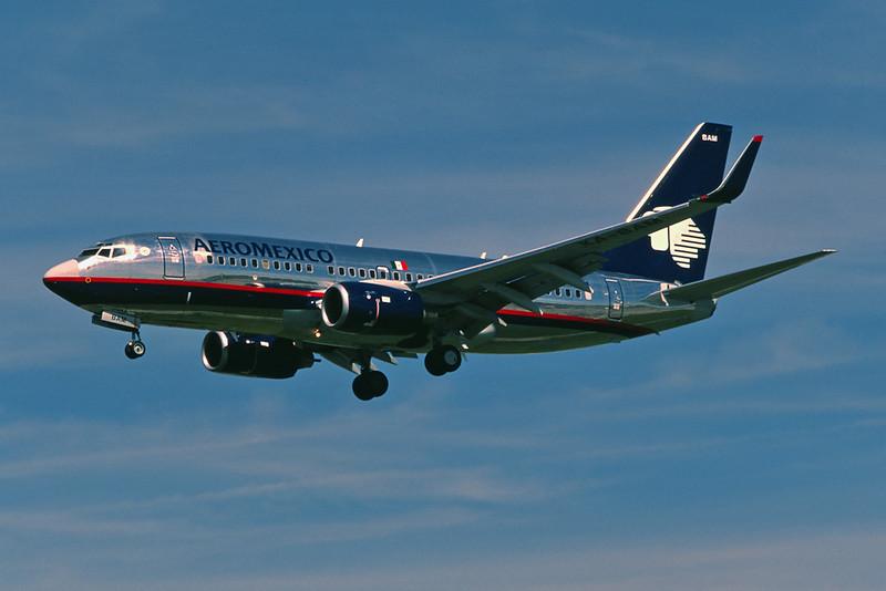 XA-BAM Boeing 737-752 c/n 33784 Los Angeles/KLAX/LAX 08-03-04 (35mm slide)