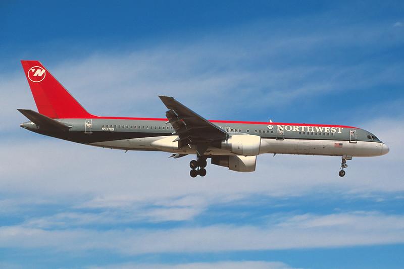 N537US Boeing 757-251 c/n 26484 Las Vegas/KLAS/LAS 10-03-04 (35mm slide)