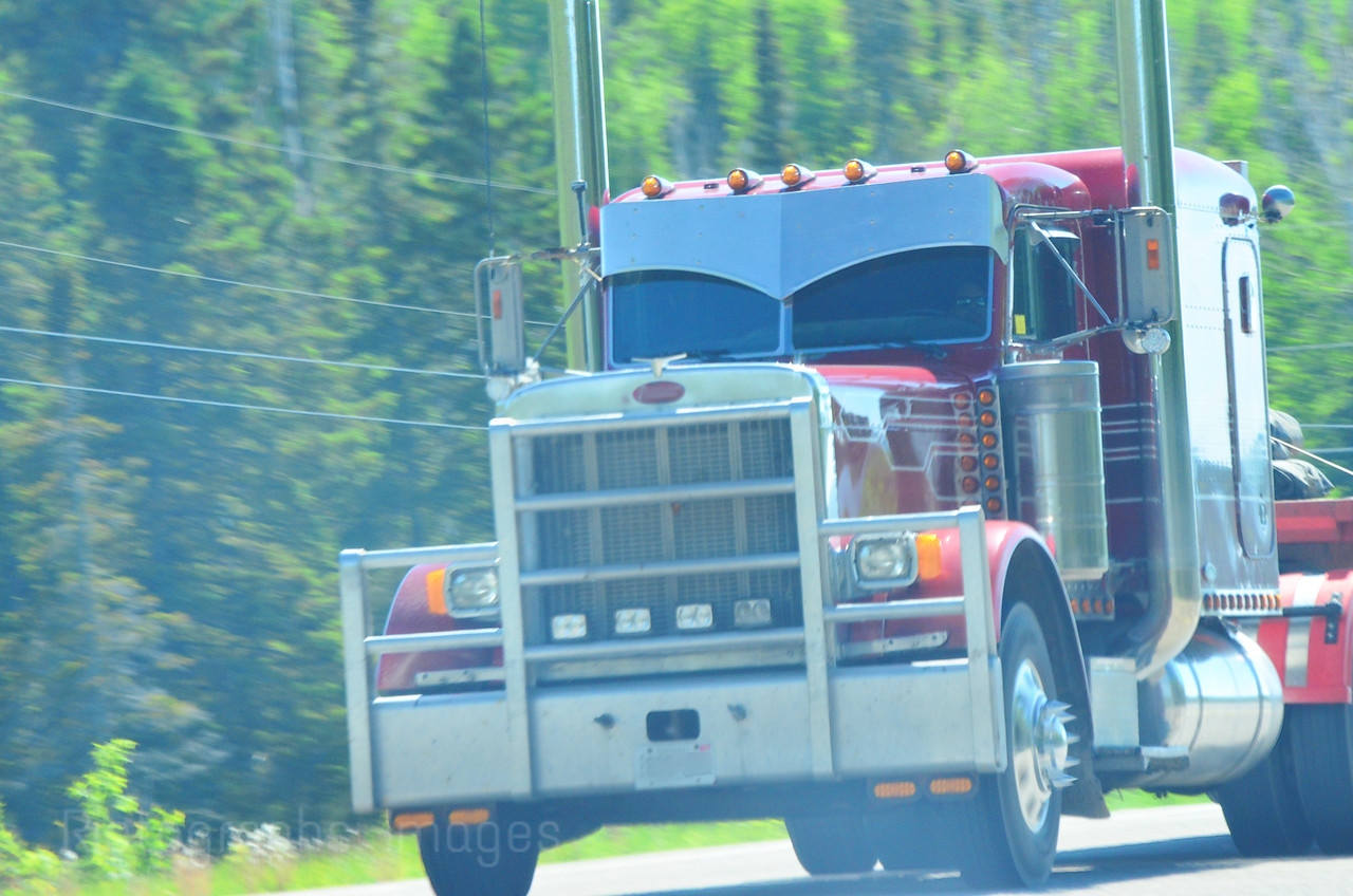 Trucking Canadaès Highways