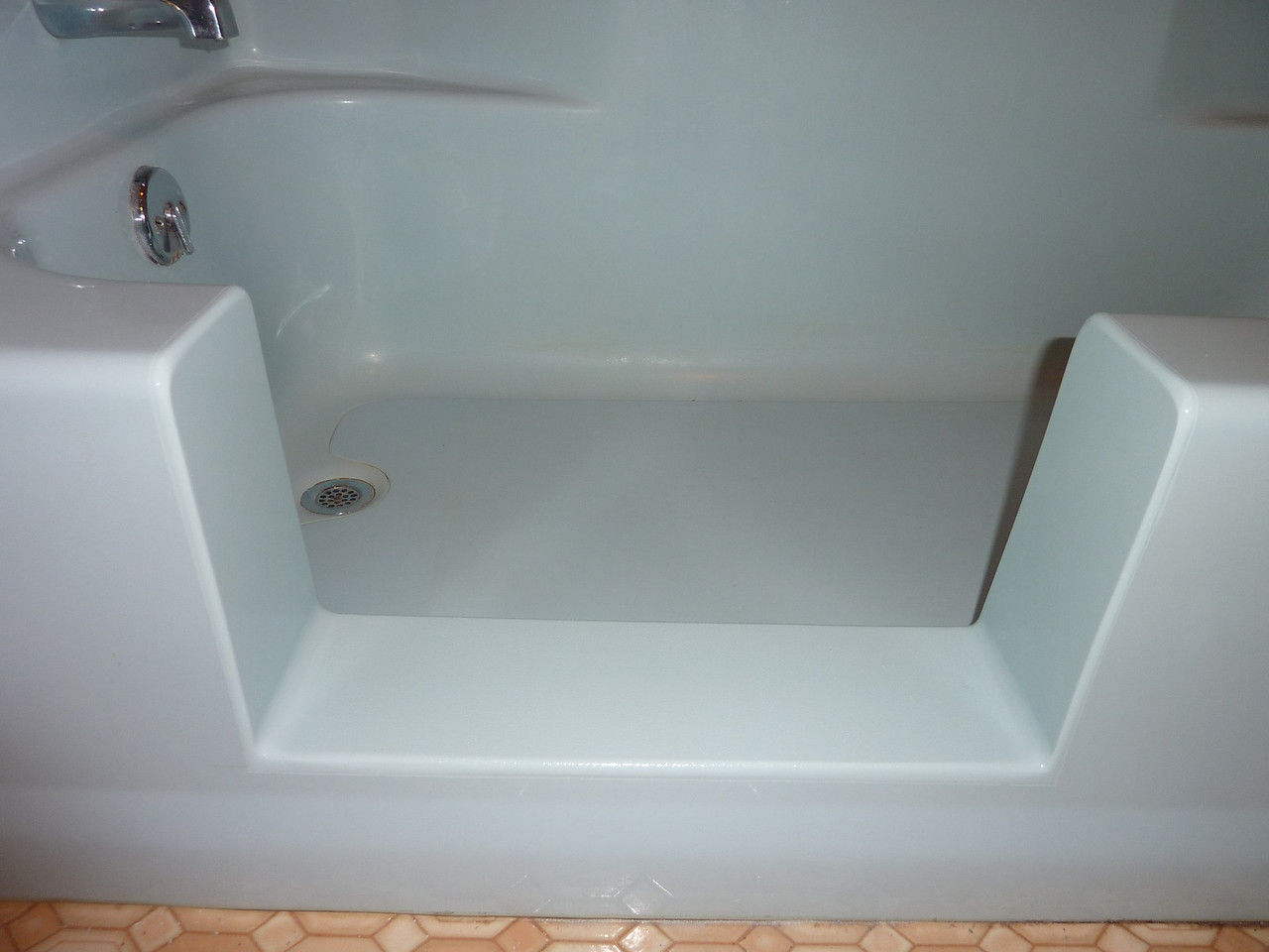 "Close-up, I added a slip resistant grit to the finish for the bottom ... it does help someone from slipping, but as always, one must be extremely careful.  Remember, ""Falls in the Bathtub or shower is the number 1accident that leads to death in the elderly!!!!!"""
