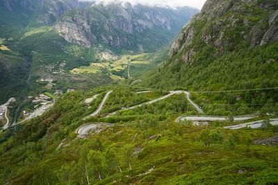 Veien som slynger seg gjennom 27 svinger og en vendetunell ned fra Øygardsstøl til Lysebotn.