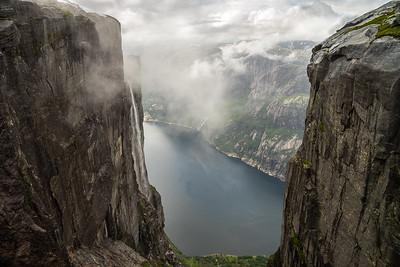 På fjellhyllen ved Kjeragbolten, utsyn ned mot Lysefjorden.