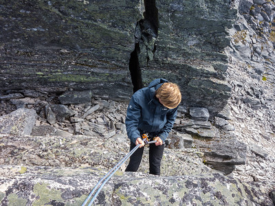 Det rapelleres ned i kløften som må forseres for å komme over fra nordtoppen til hovedtoppen