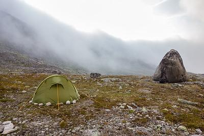 Etter overnatting inne i dalen våknet vi til et vær som ville ha gjort det uaktuelt med noe toppstøt denne dagen.