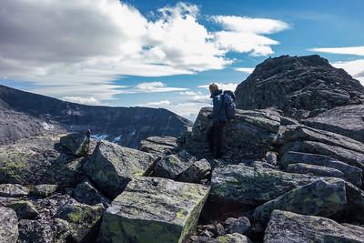 Vi har nådd ryggen oppover mot Nørdre Larstind, med eggen ned fra Vesstoppen på Snøhetta i bakgunnen