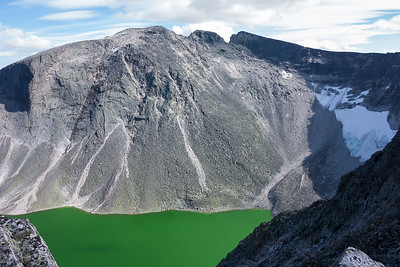 """Snøhettas """"bakside"""" og Larstjørnin, sett på vei oppover Larseggen"""
