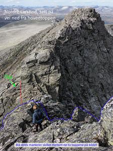 På vei ned fra hovedtoppen, med kløften og Nørdre Larstind foran oss. Tauet henger igjen fra rappellen, og gjør det enkelt å klatre oppp igjen på topptau.