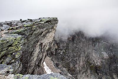 Vesttoppen innhyllet i skyer, fra kanten langs stupene ned mot Kjelen.
